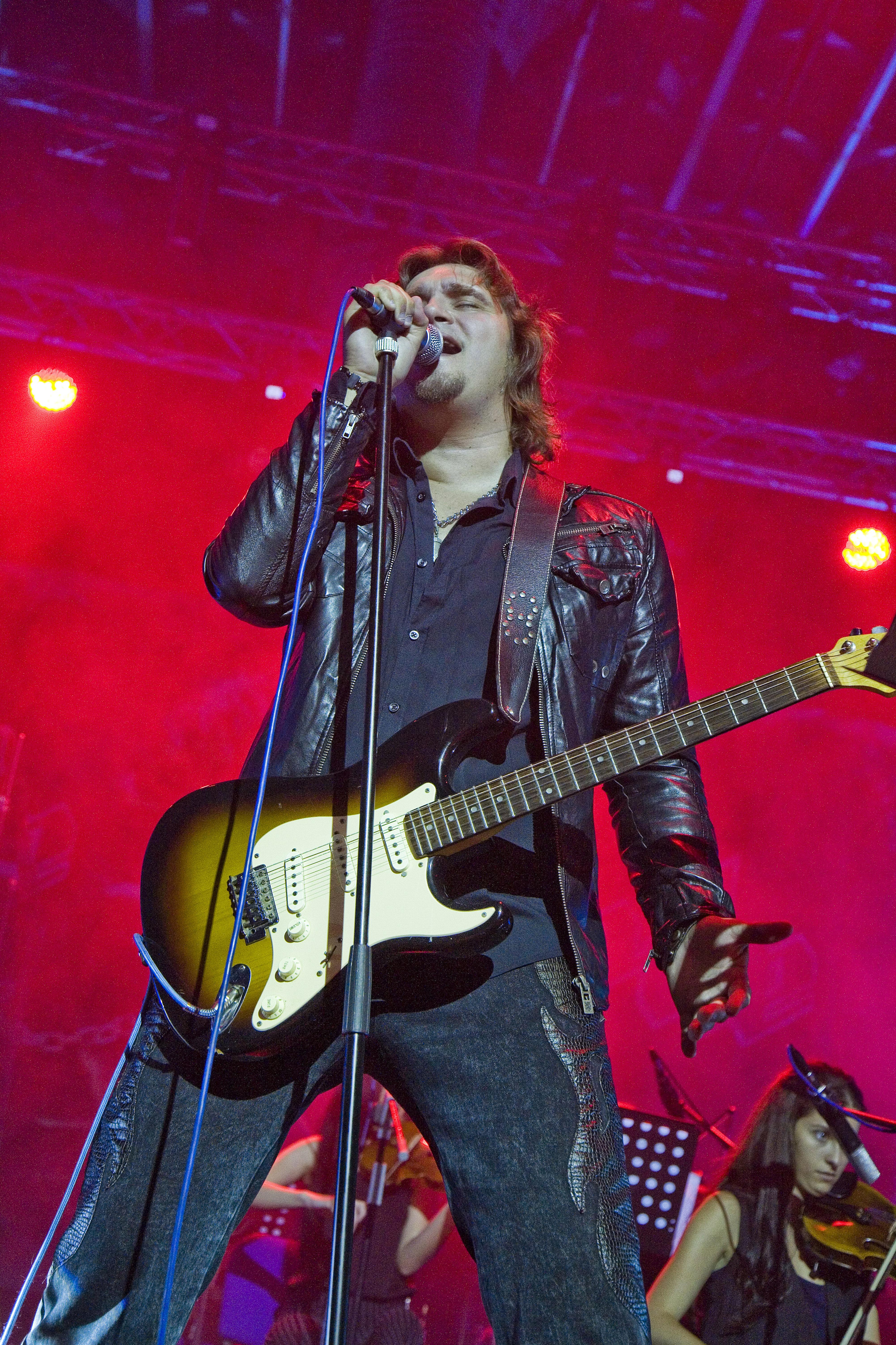 Marko Osmanović kao gost na pjesmi Ne Nisam Ja na koncertu u Sarajevu na kojem Divlje Jagode slave #40godinarocknrolla